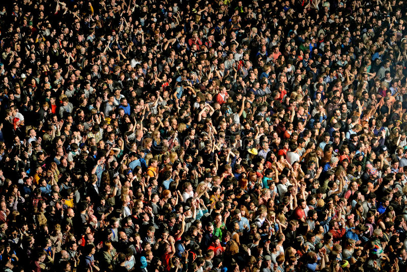 Povos da audiência que olha um concerto no festival 2014 do som de Heineken primavera fotos de stock royalty free