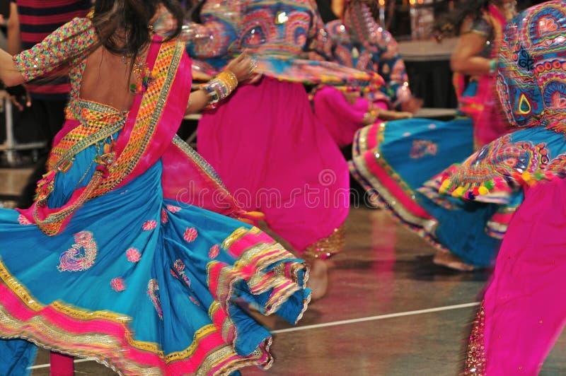 Povos da dança na ação, sumário do traje colorido com efeito do movimento imagens de stock
