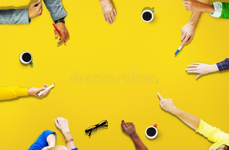 Povos da diversidade que compartilham do alcance conectando junto o conceito fotografia de stock