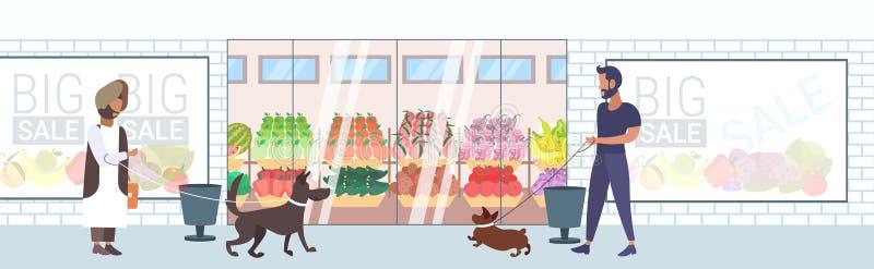 Povos da raça da mistura que andam com os cães que têm o divertimento na frente do comprimento completo liso exterior da loja de  ilustração royalty free