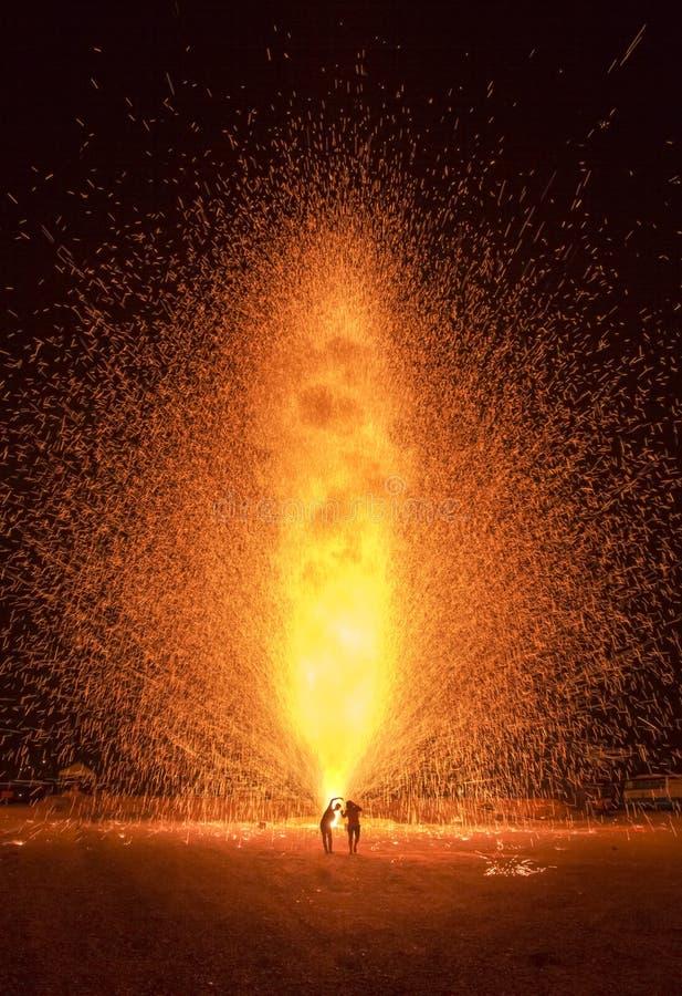 Povos da silhueta em raias do fogo de artifício imagens de stock