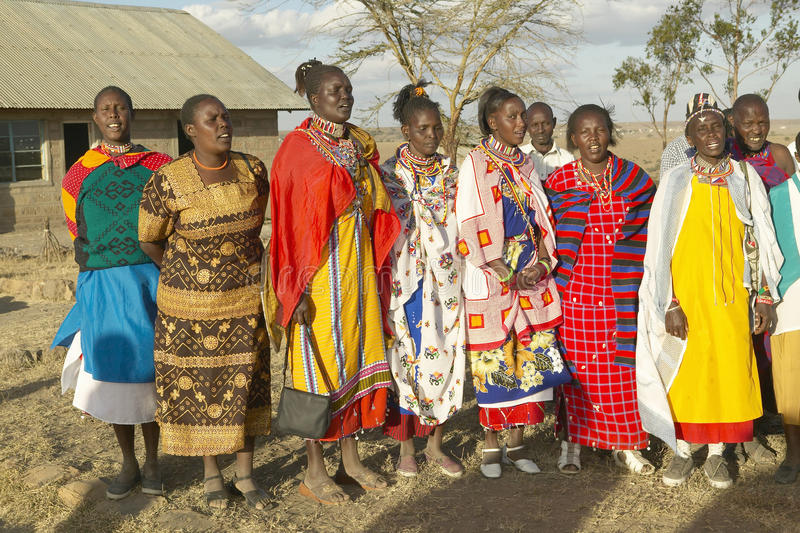 Povos da vila que cantam no por do sol na vila do parque nacional de Nairobi, Nairobi, Kenya, África foto de stock royalty free