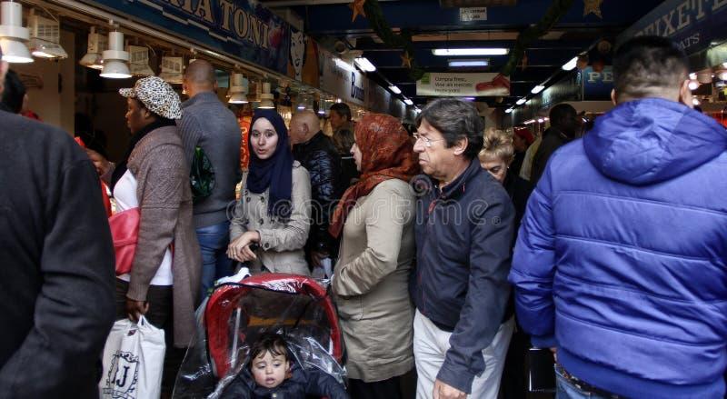 Povos das culturas diferentes que andam através de um mercado tradicional em Majorca foto de stock royalty free