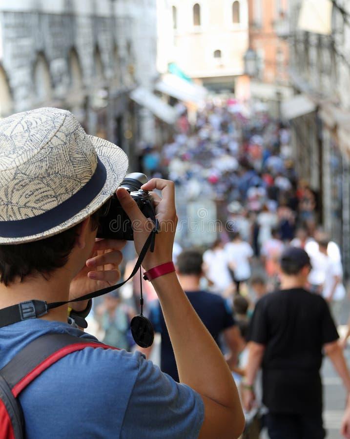 Povos das fotografias do indivíduo que andam ao longo da estrada imagem de stock royalty free