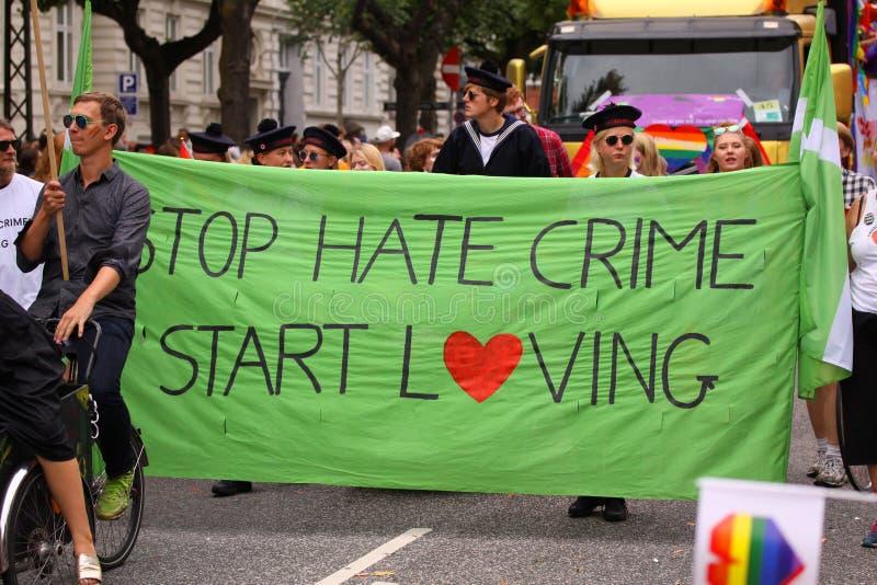 Povos de amor do começo do crime de ódio da parada - demonstração contra crimes de ódio - que levam uma bandeira fotos de stock royalty free