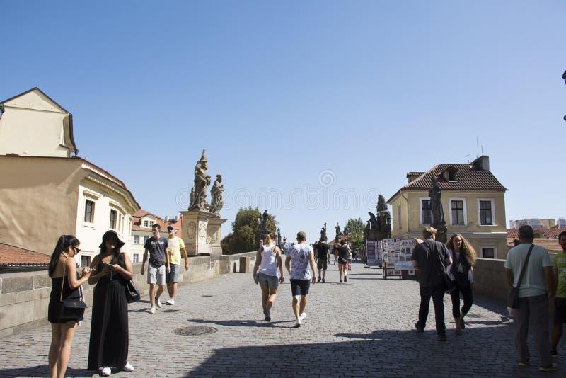 Povos de Czechia e viajantes do estrangeiro que andam e cidade velha de Praga da cidade da visita em Charles Bridge fotos de stock royalty free