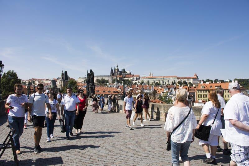 Povos de Czechia e viajantes do estrangeiro que andam e cidade velha de Praga da cidade da visita em Charles Bridge imagens de stock