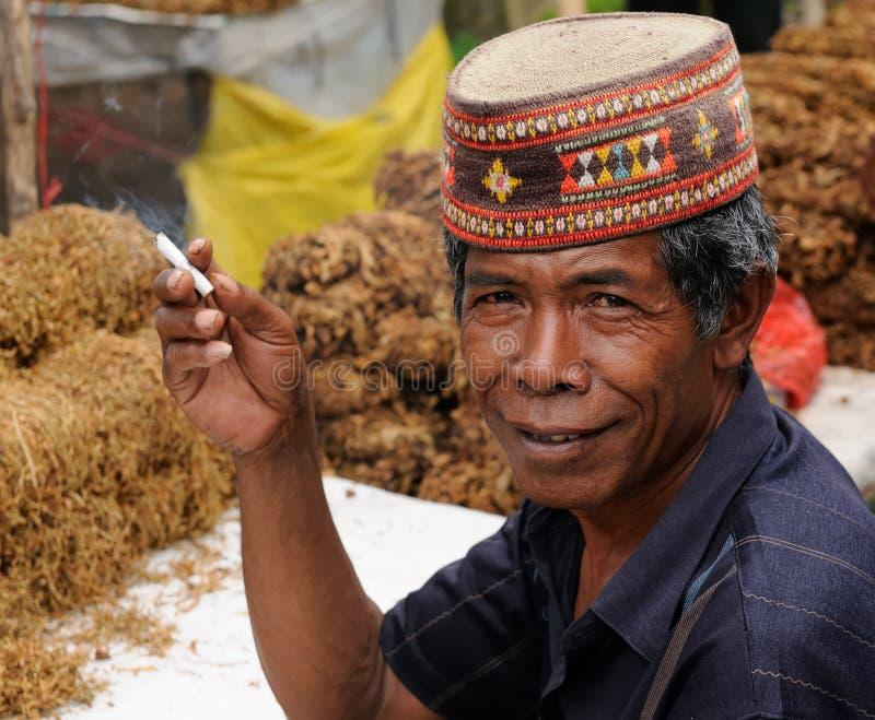 Povos de Indonésia, vendedor do cigarro fotografia de stock royalty free