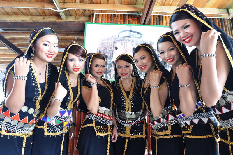 Povos de Kadazan Dusun em trajes tradicionais imagem de stock royalty free