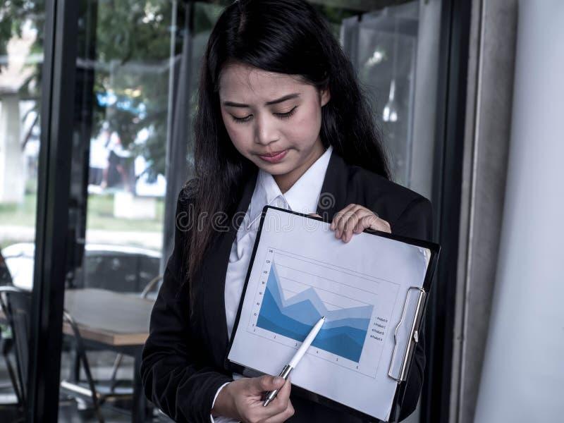 Povos de Linear Flat Business da mulher de negócios decepcionados sobre a perda fotografia de stock royalty free