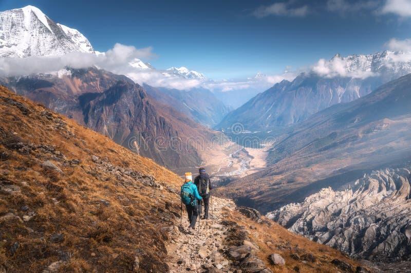 Povos de passeio na fuga de montanha no dia ensolarado Paisagem fotografia de stock