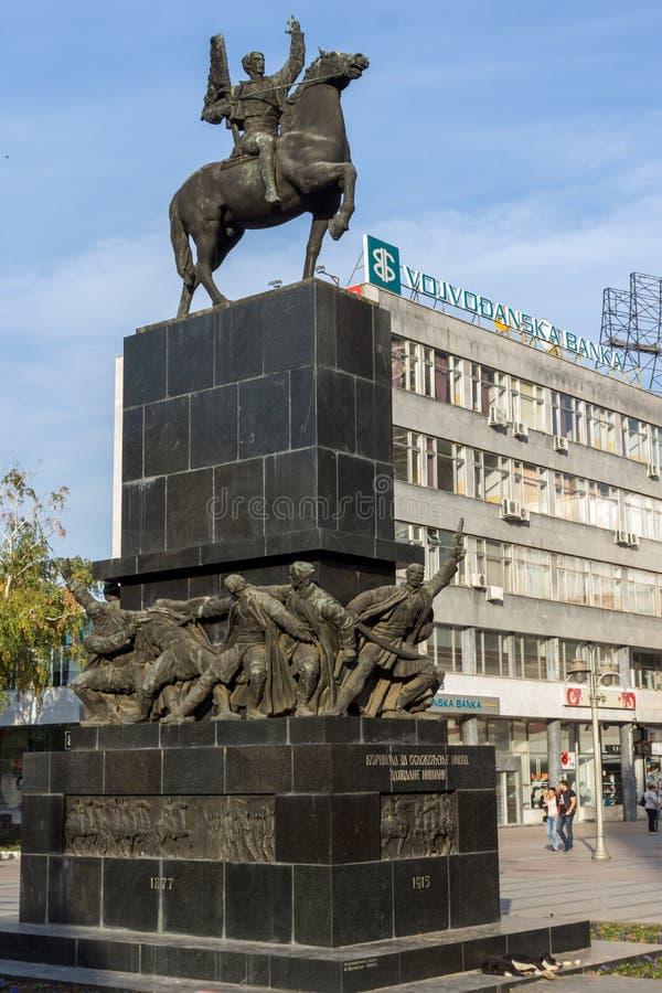 Povos de passeio no rei Milan Square na cidade de Nis, Sérvia foto de stock