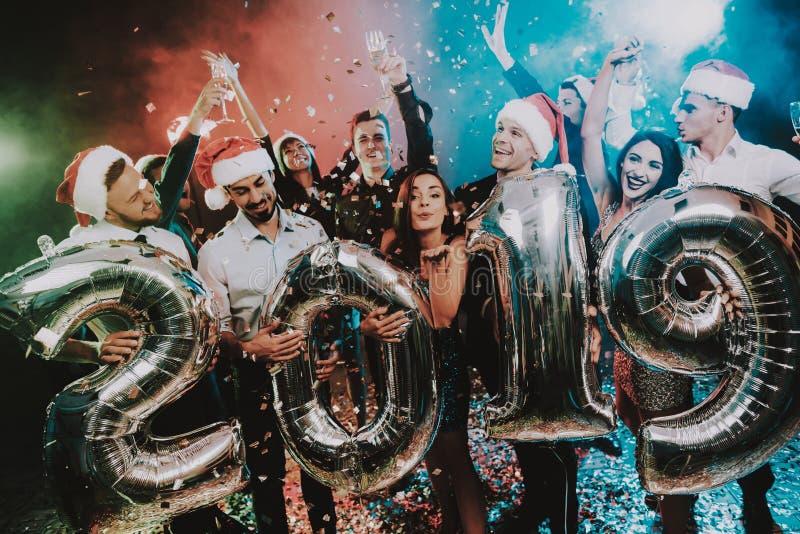 Povos de sorriso com Baloons que comemoram o ano novo imagem de stock royalty free