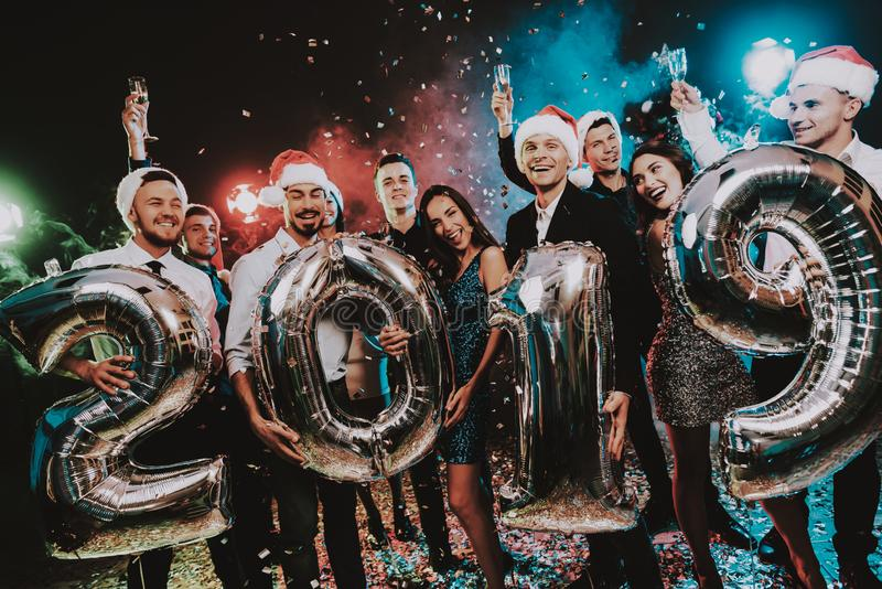 Povos de sorriso com Baloons que comemoram o ano novo fotografia de stock royalty free