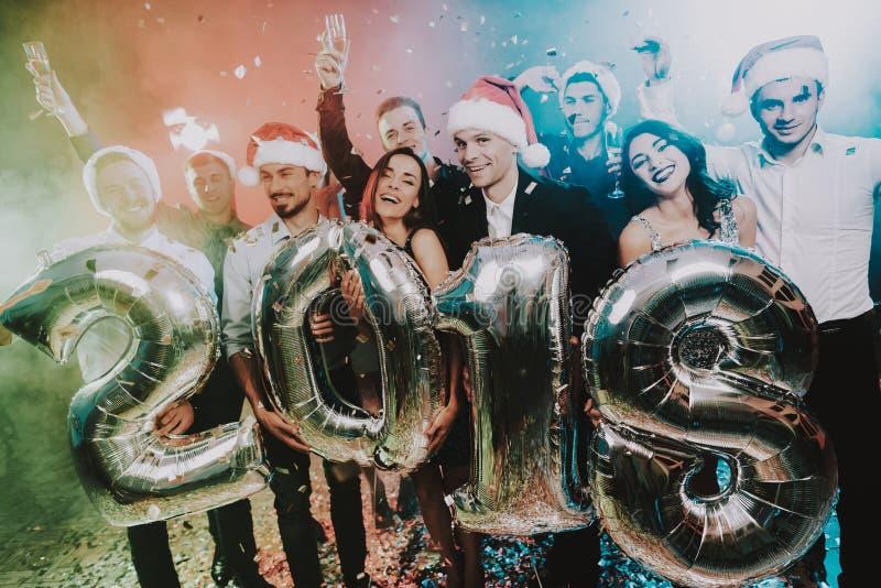 Povos de sorriso com Baloons que comemoram o ano novo fotos de stock