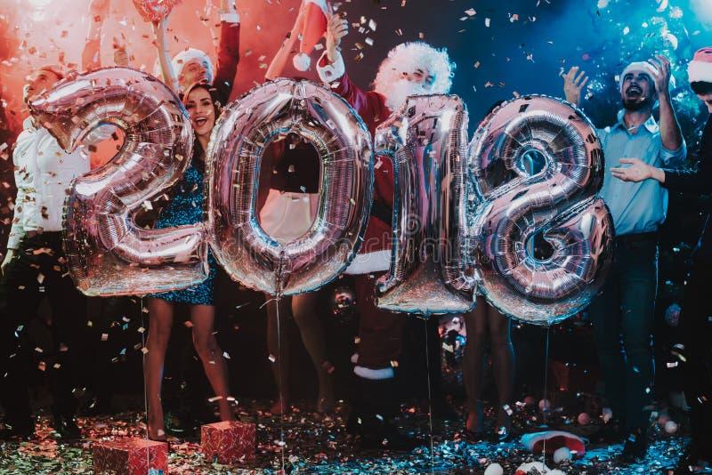 Povos de sorriso com Baloons que comemoram o ano novo fotografia de stock