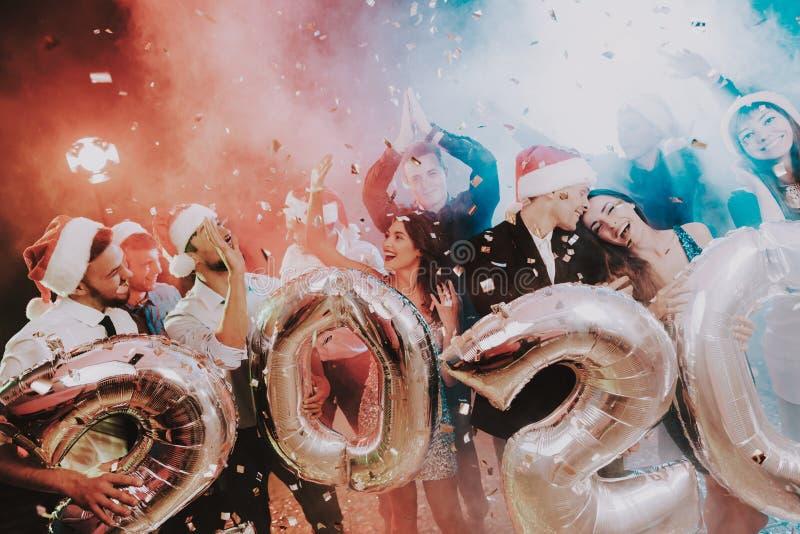 Povos de sorriso com Baloons que comemoram o ano novo fotos de stock royalty free