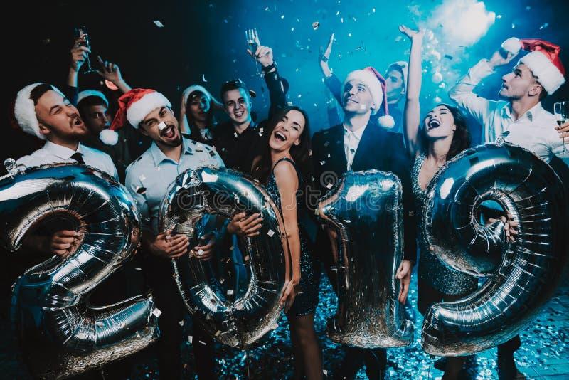 Povos de sorriso com Baloons que comemoram o ano novo imagens de stock royalty free