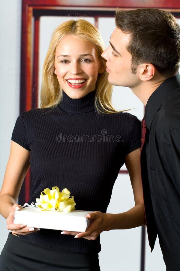 Povos de sorriso felizes com presente fotos de stock