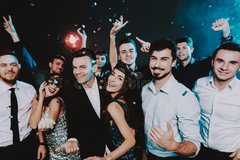 Povos de sorriso que comemoram o ano novo no partido imagem de stock royalty free