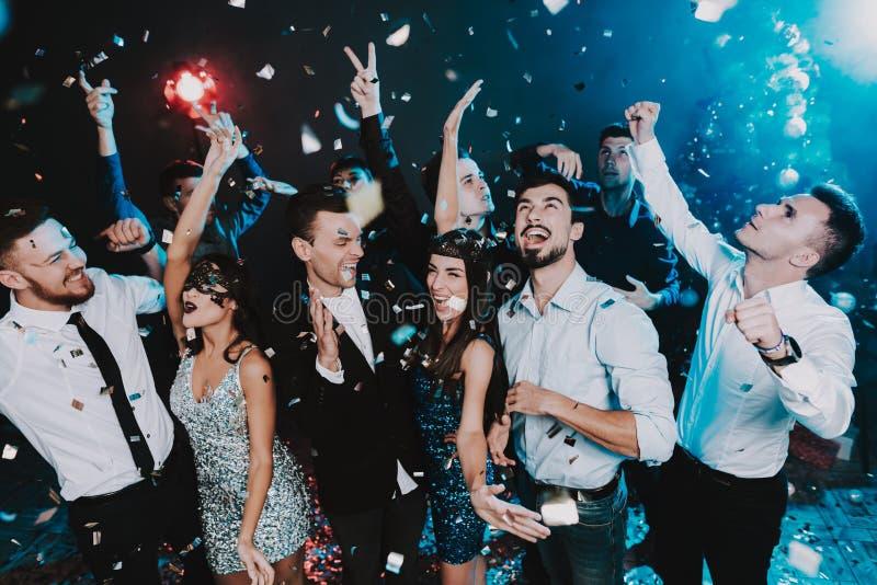 Povos de sorriso que comemoram o ano novo no partido fotografia de stock