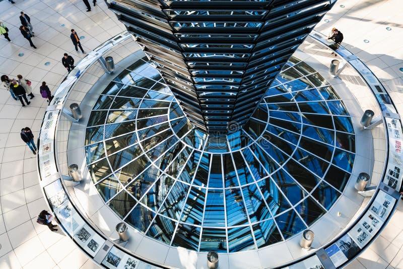 Povos dentro da abóbada de Reichstag em Berlim foto de stock