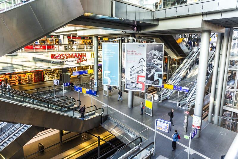 Povos dentro de Berlin Central Station imagens de stock royalty free