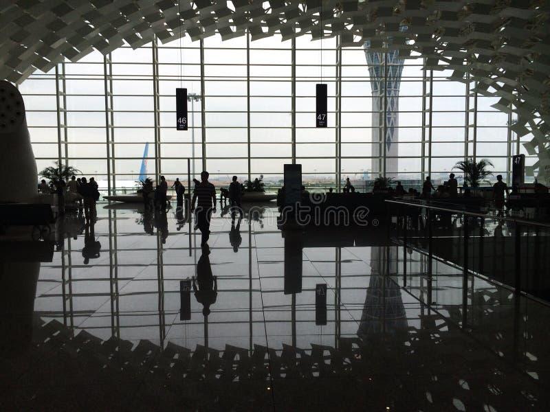 Povos dentro do aeroporto imagens de stock