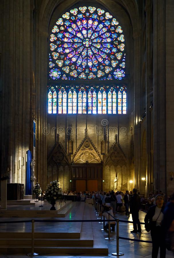 Povos dentro do Notre Dame de Paris, França fotografia de stock