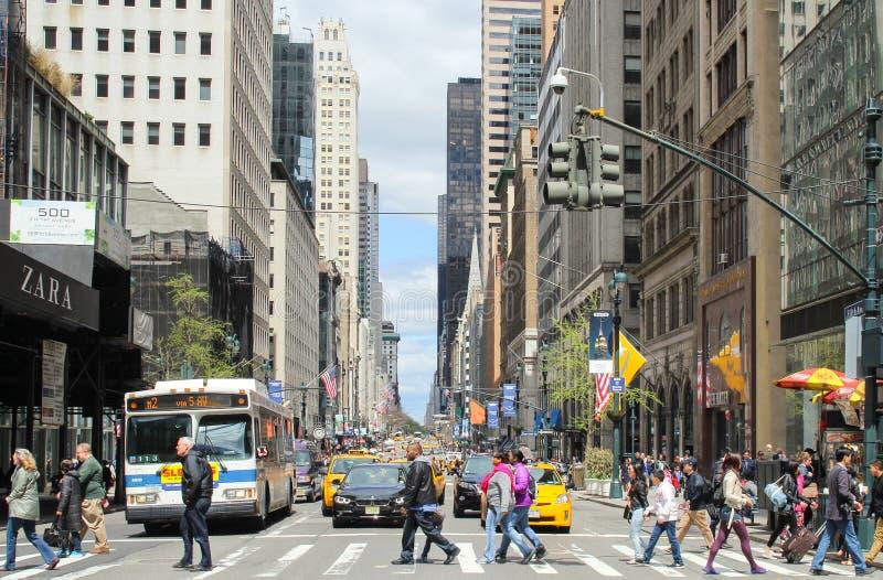 Povos desconhecidos que andaram através da estrada na faixa de travessia para cruzar a rua em New York City, EUA imagens de stock royalty free