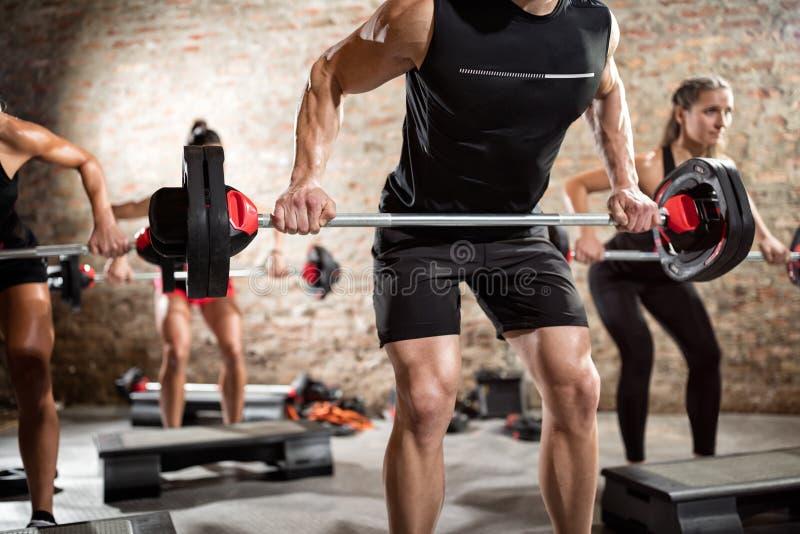 Povos desportivos musculares que fazem o exercício foto de stock royalty free