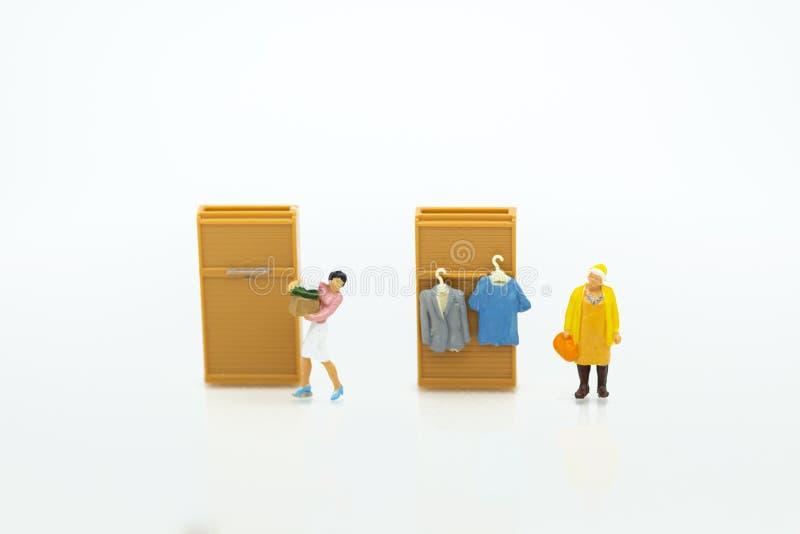 Povos diminutos: As donas de casa contratam a lavanderia - passando, negócio rentável Uso da imagem para trabalhos domésticos, co foto de stock royalty free