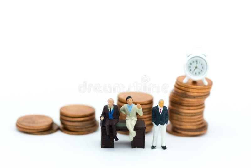 Povos diminutos: Conselheiros financeiros Uso da imagem para o engodo do negócio imagem de stock