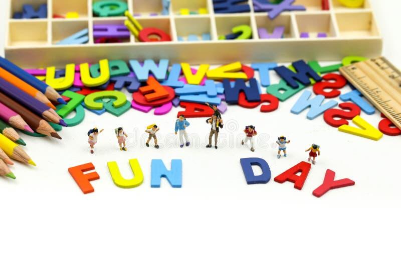 Povos diminutos: Crianças e amigo engraçados e para apreciar junto usar-se para o conceito do dia do divertimento fotos de stock royalty free