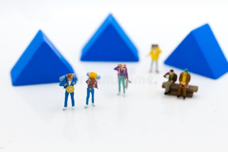 Povos diminutos: Curso do mochileiro, acampando para os feriados dentro foto de stock
