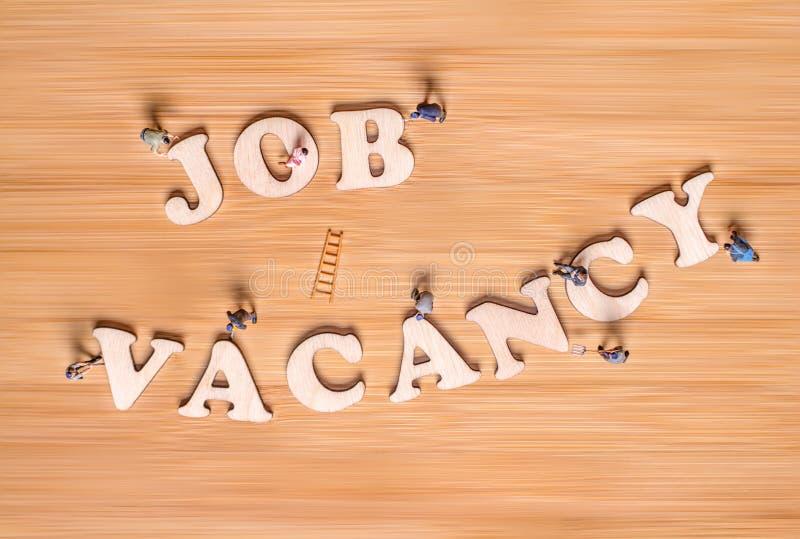 Povos diminutos e a frase Job Vacancy Conceito creativo imagem de stock royalty free