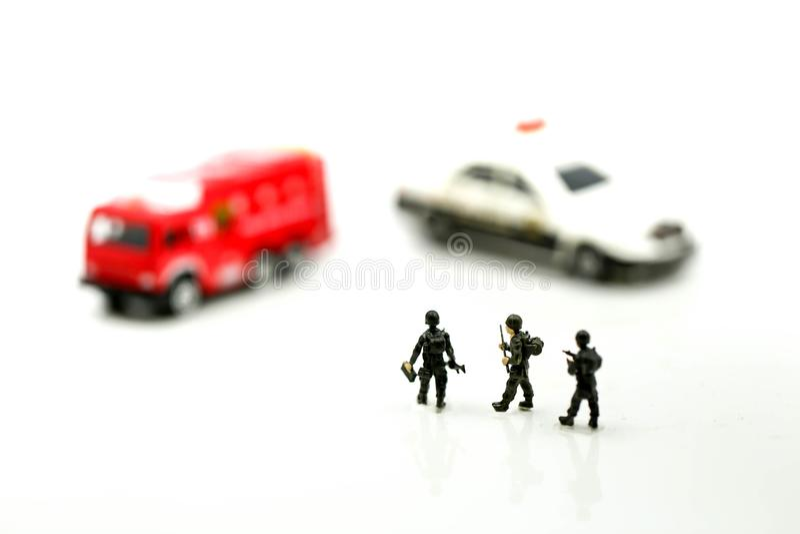 Povos diminutos: Equipe do soldado com viatura de incêndio e carro de polícia imagens de stock