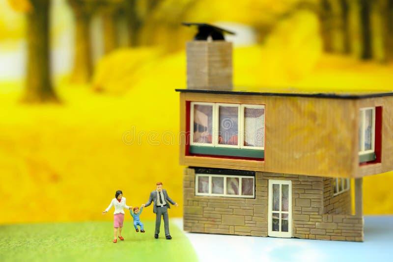 Povos diminutos: Família e crianças com casa usando-se para concentrado imagem de stock
