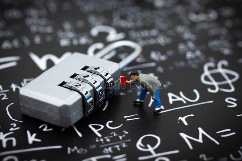 Povos diminutos: Homem de negócios e codificação da chave mestra Uso da imagem para o sistema de segurança do fundo, corte, conce foto de stock royalty free