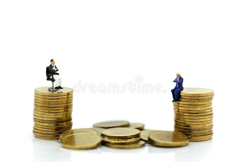Povos diminutos: Homem de negócios que senta-se na pilha de moedas, negócio foto de stock