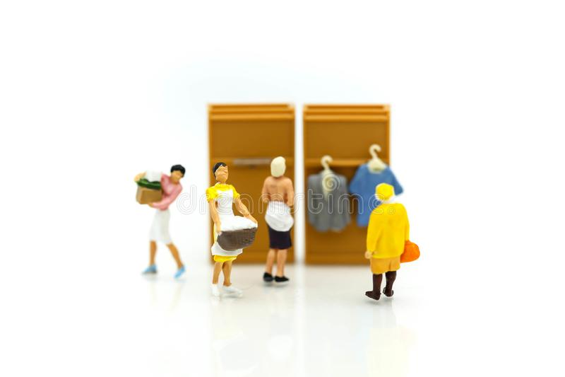 Povos diminutos: Lavagem de pano de limpeza da empregada doméstica ou da dona de casa imagem de stock