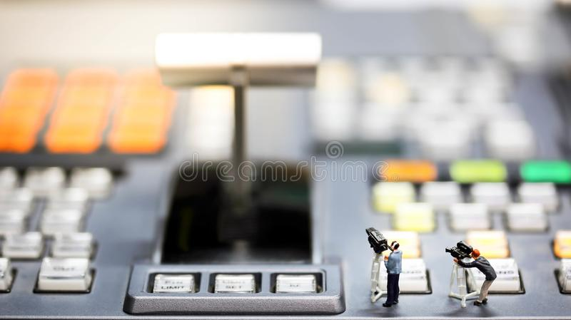 Povos diminutos: operador cinematográfico, Videographer no tiro do trabalho em s imagem de stock royalty free