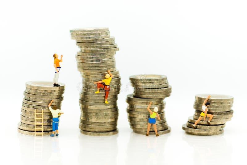Povos diminutos: Os montanhistas estão escalando moedas Uso da imagem para mover-se para a frente para o sucesso, conceito do neg imagens de stock royalty free