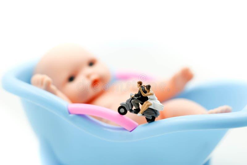 Povos diminutos: os pares na espera do amor para a criança querem transformar-se logo pais Maternidade, paternidade e conceito da imagem de stock royalty free