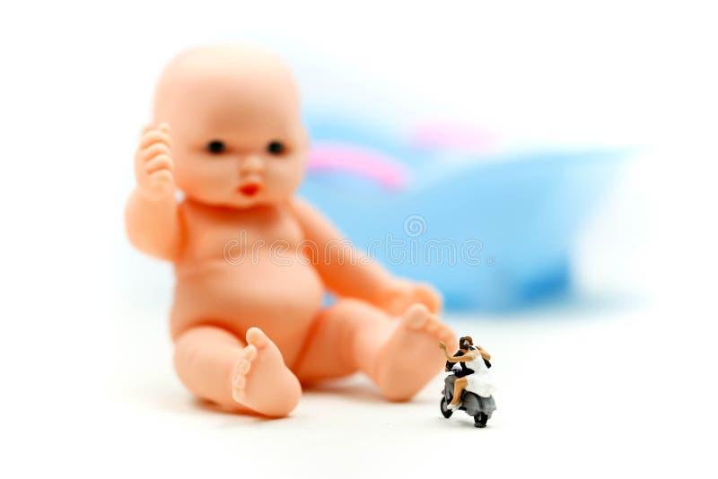 Povos diminutos: os pares na espera do amor para a criança querem transformar-se logo pais Maternidade, paternidade e conceito da imagem de stock