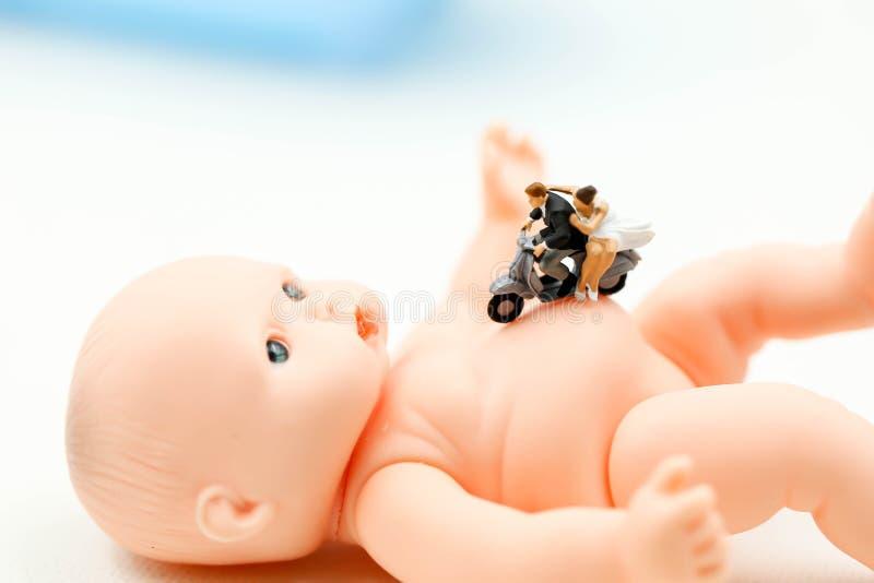 Povos diminutos: os pares na espera do amor para a criança querem transformar-se logo pais Maternidade, paternidade e conceito da foto de stock