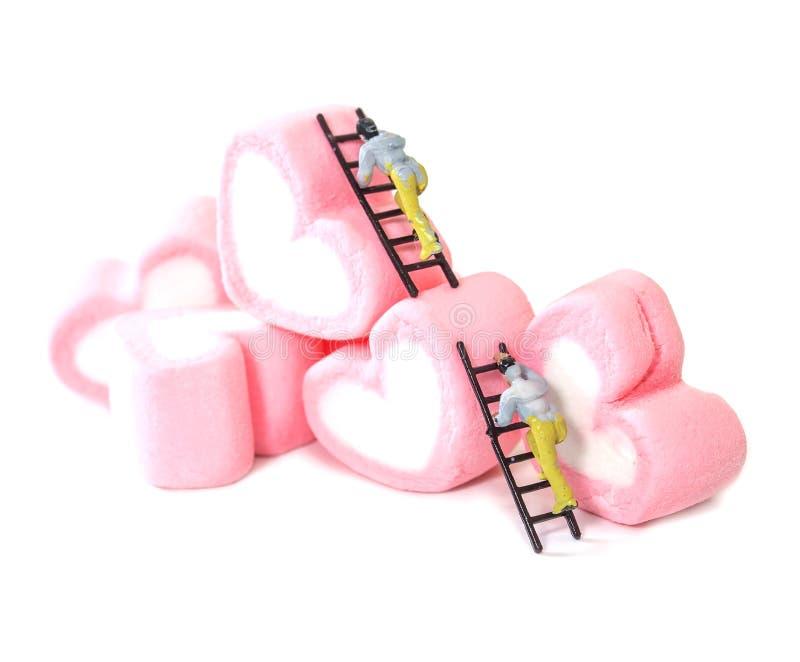 Povos diminutos que trabalham com os doces doces do marshmallow, selecti fotos de stock royalty free