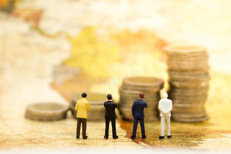 Povos diminutos: Suporte do homem de negócios no mapa e benefício da procura da renda Conceito do negócio do uso da imagem fotografia de stock