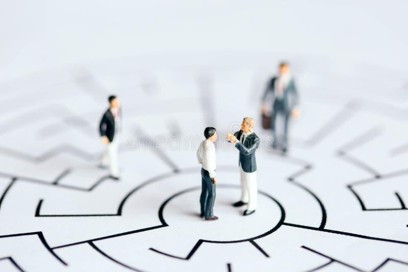 Povos diminutos: Suporte no labirinto, conceito do homem de negócios do negócio imagens de stock royalty free
