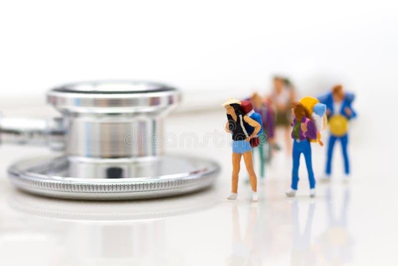 Povos diminutos: Viajantes com controles de saúde da pre-partida Uso para saudável, conceito da imagem do curso fotografia de stock royalty free